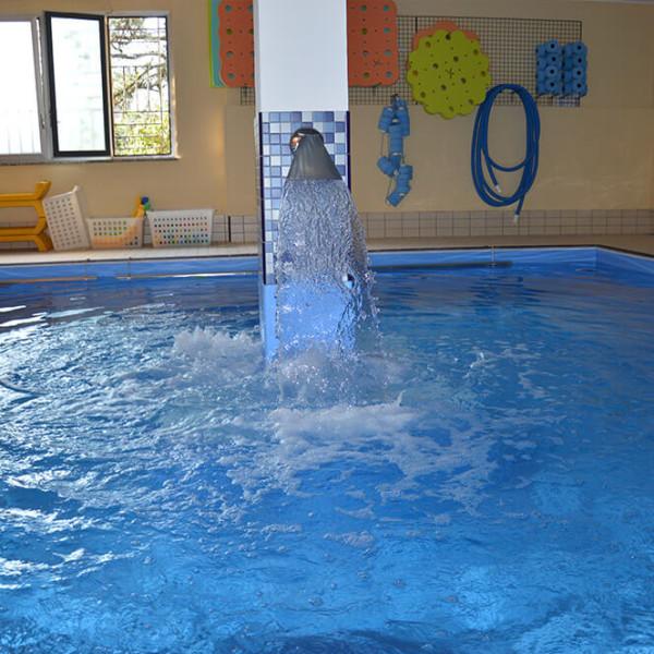 piscina con piccola cascata